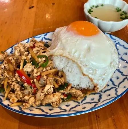 Rettyタイ料理TOP USERのすぎやま まさたかさんがBESTとオススメ。東京曳舟の「Farm Hug」さん。タイから輸入した食材と日本のお米のいいとこ取りな料理は、女性シェフのきめ細やかさも光る、味だけでなく盛り付けにも配慮が見られたそう。#Retty #TOPUSER #タイ料理 #曳舟