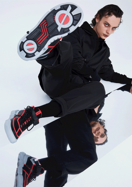 10000RT:【靴底も再現】「仮面ライダー」を起用したファッションブランド『HENSHIN by KAMEN RIDER』誕生Tシャツやスニーカーなど20~30代の男性が日常使いしやすいアイテムを中心に展開。2月10日より販売開始する。