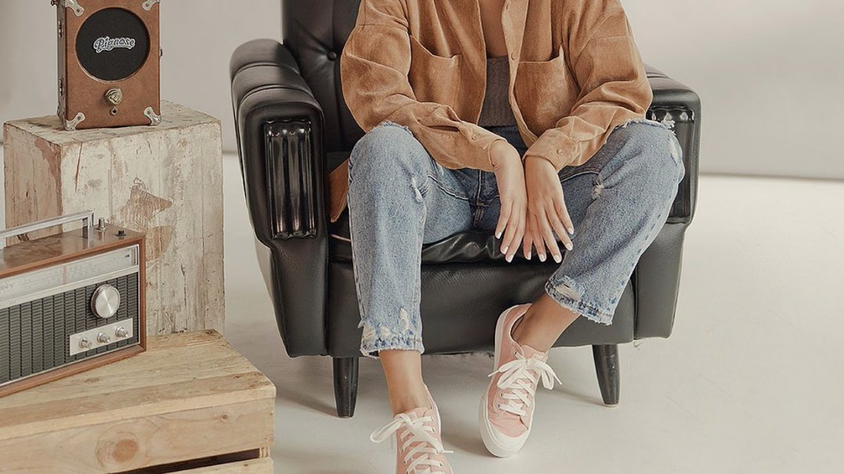 ACCCCKKKK so in lurv with this look !! the brown jacket, jeans, & pink sneakers are shooo kyot n kul 🤎💗 #KathForKeds  👟: