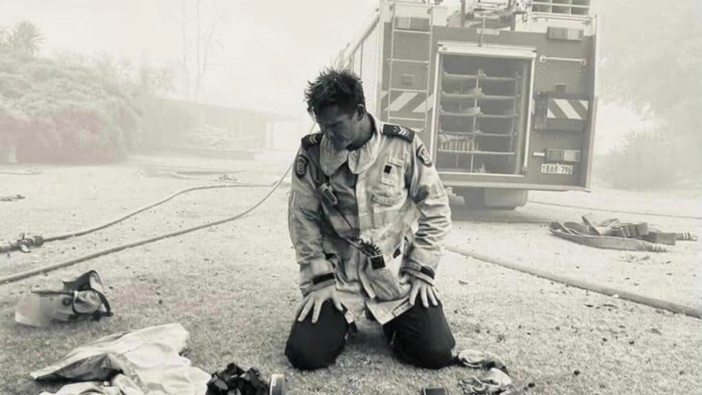 A powerful photo has emerged of the moment a Daglish firefighter fell to his knees after a tense and relentless battle to save a home from the devastating Wooroloo blaze. bit.ly/3pNKhVD