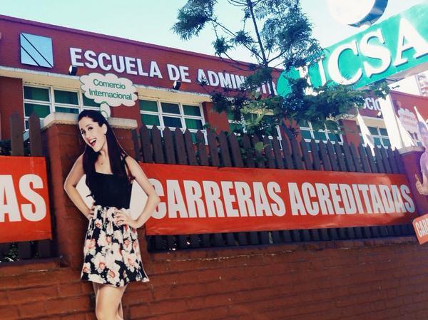 De los creadores de Ariana Grande estudiando comercio internacional en la UCSA se viene Emma Watson en el Motel Deluxe de Lambaré por el día de los enamorados. Me dueles Paraguay.
