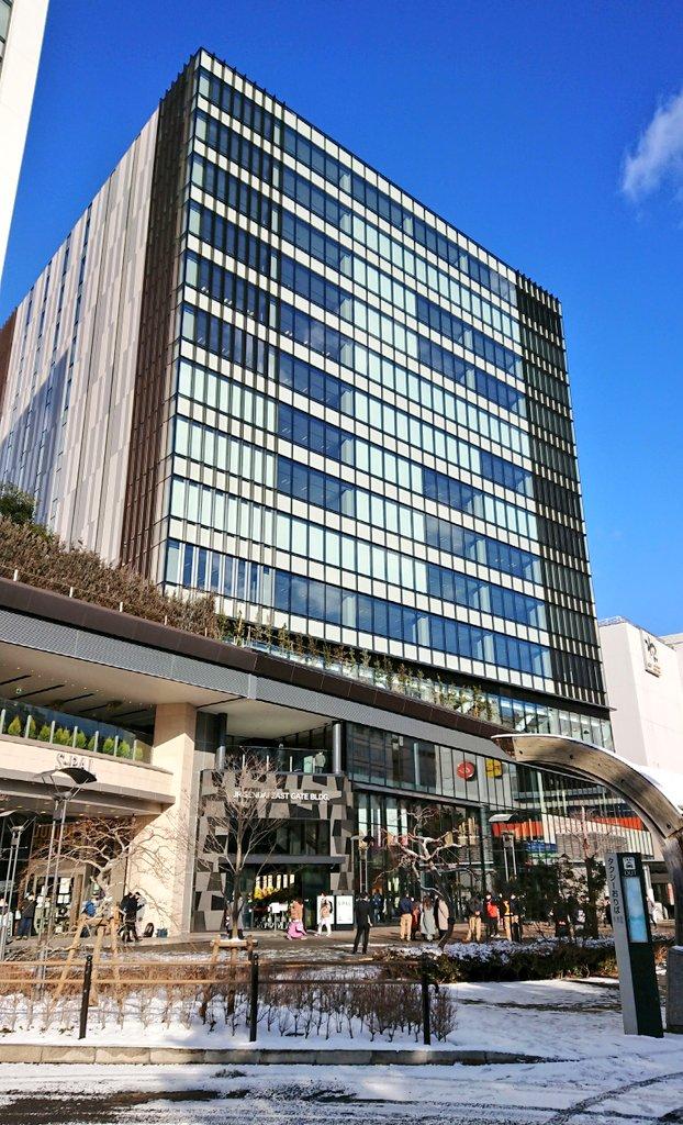 本日開局しましたJR仙台イーストゲートビル郵便局へ初日訪問。JR東日本が開発した複合ビルで、上層階にはオフィスが、低層階には郵便局をはじめ多数の商業施設が入居し本日グランドオープンとなりました。開局前には入場整理券が配布され、自分は6番目でした。局内ポストも伊達仕様になっています(^^)
