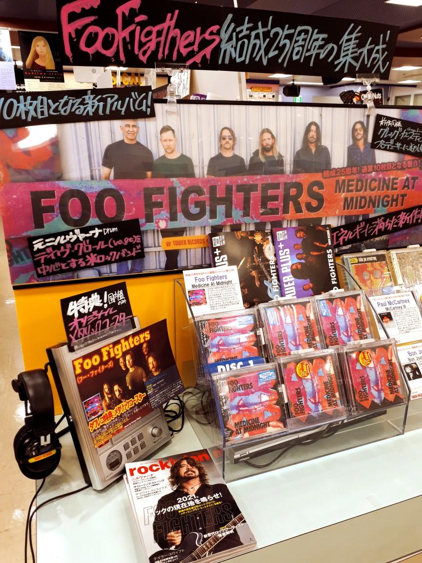 【#FooFighters】\本日発売日!/結成25周年㊗️の集大成✨最新アルバム『Medicine At Midnight』入荷しましたーーー!!国内盤タワーレコード特典はオリジナルメタリックコースター‼更にリリースを記念して別冊TOWER PLUS+ FOO FIGHTERS 特別号を発行🎵店頭にご用意しております🌠(や)