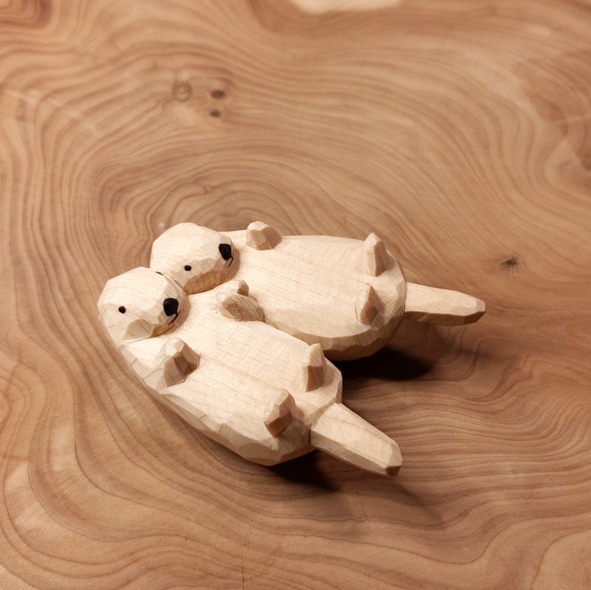 手をつないでるラッコの木彫りを作りました