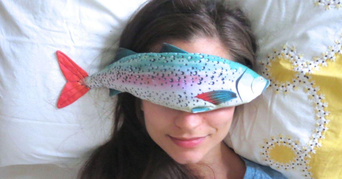 目の疲れを癒す魚のアイピロウ。色合いがみんなかわいい。冷やすこともできるとのこと。