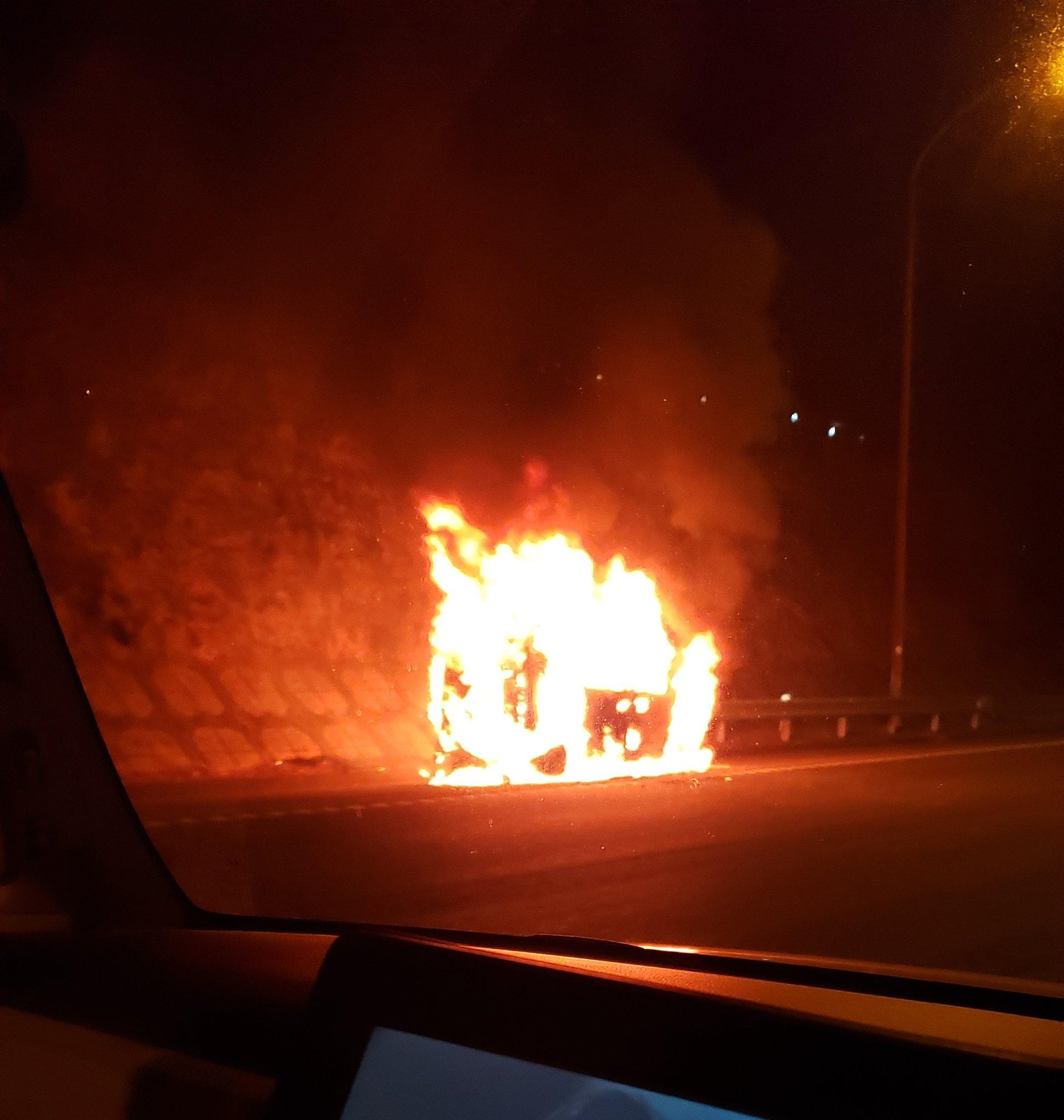 東名高速の車両火災の現場画像