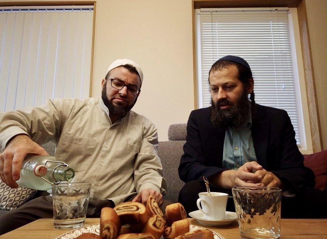 إسرائيل تغرد : حاخام وإمام يتشاركان العشاء.. كاشير وحلال.. كلنا صناعة الهية. كلنا أبناء إبراهيم. والحمد لله على نعم…