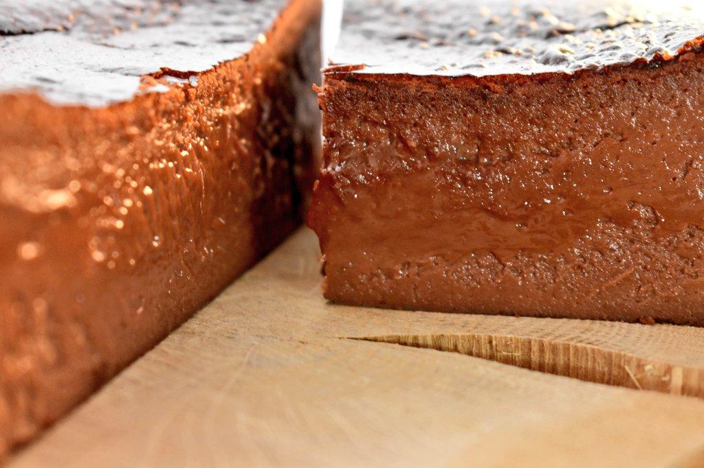 おはようございますバスク風チョコレートチーズケーキチョコとチーズがいいあんばいでとっても美味😋こちらは冷凍でお渡しするので賞味も長く好きなときに解凍して食べられます🎵ホール¥3,80080g¥450どちらも税込です