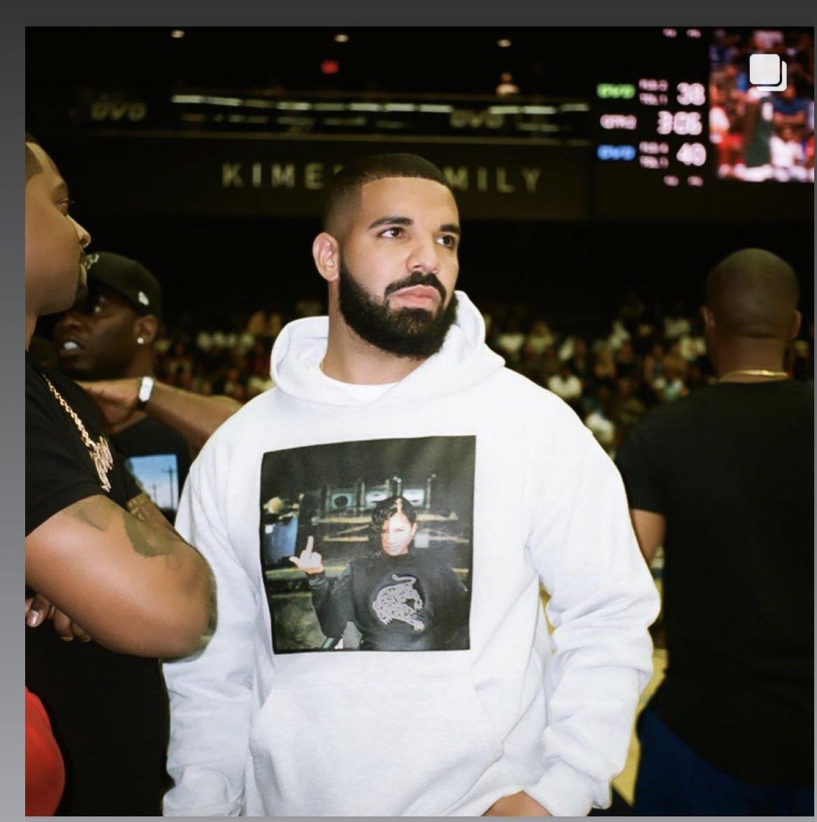 @Zendaya i'm gonna buy this hoodie