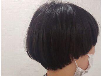 同じヘアスタイルでも髪色で印象が変わります。画像はいつもマッシュスタイルが定番のお客様。左はダークグレー、右はベージュです。なりたいイメージに合わせてヘアカラーをお選びいただくのも楽しいですよ!詳しくは↓#札幌#江別#美容室#マッシュ#ヘアカラー