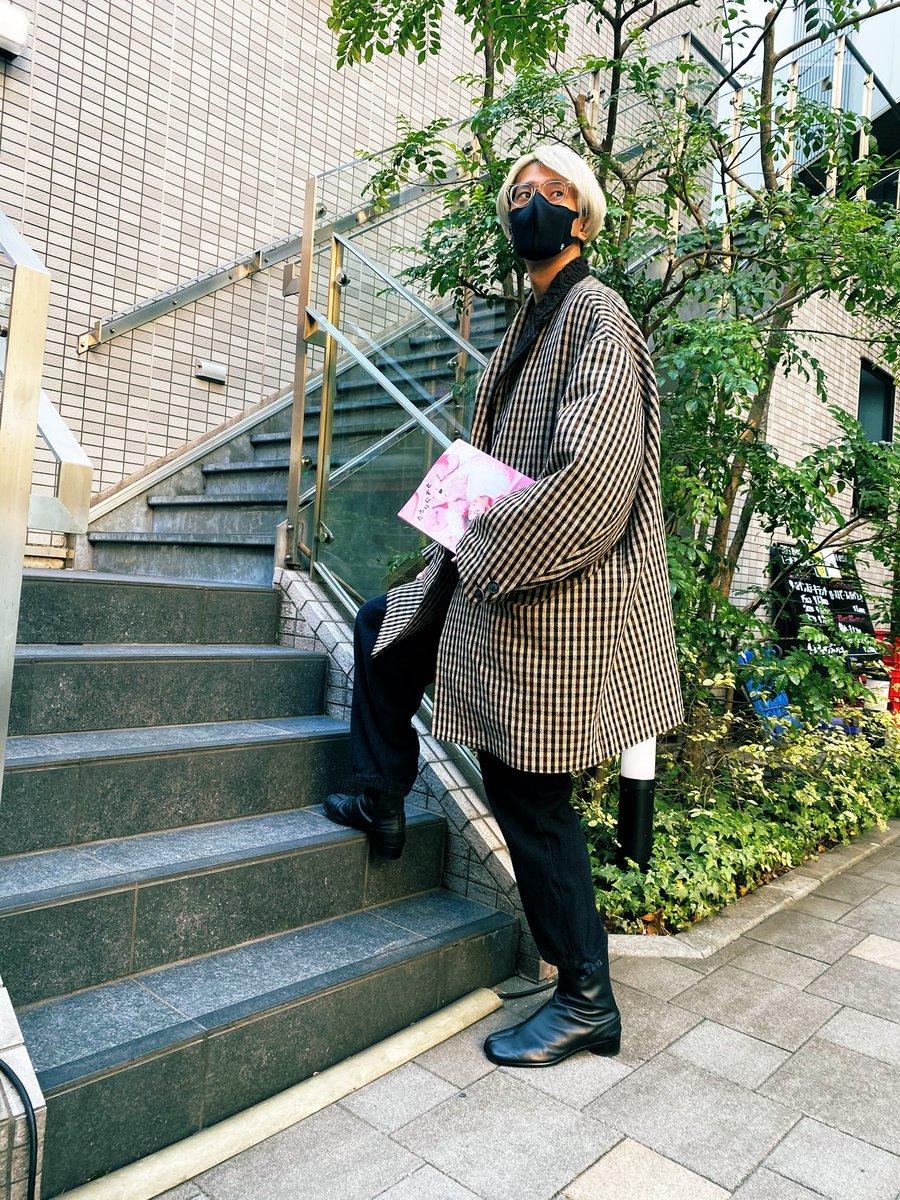 鞄持ってきてないから手に持って街中歩いてる江口さんわろり
