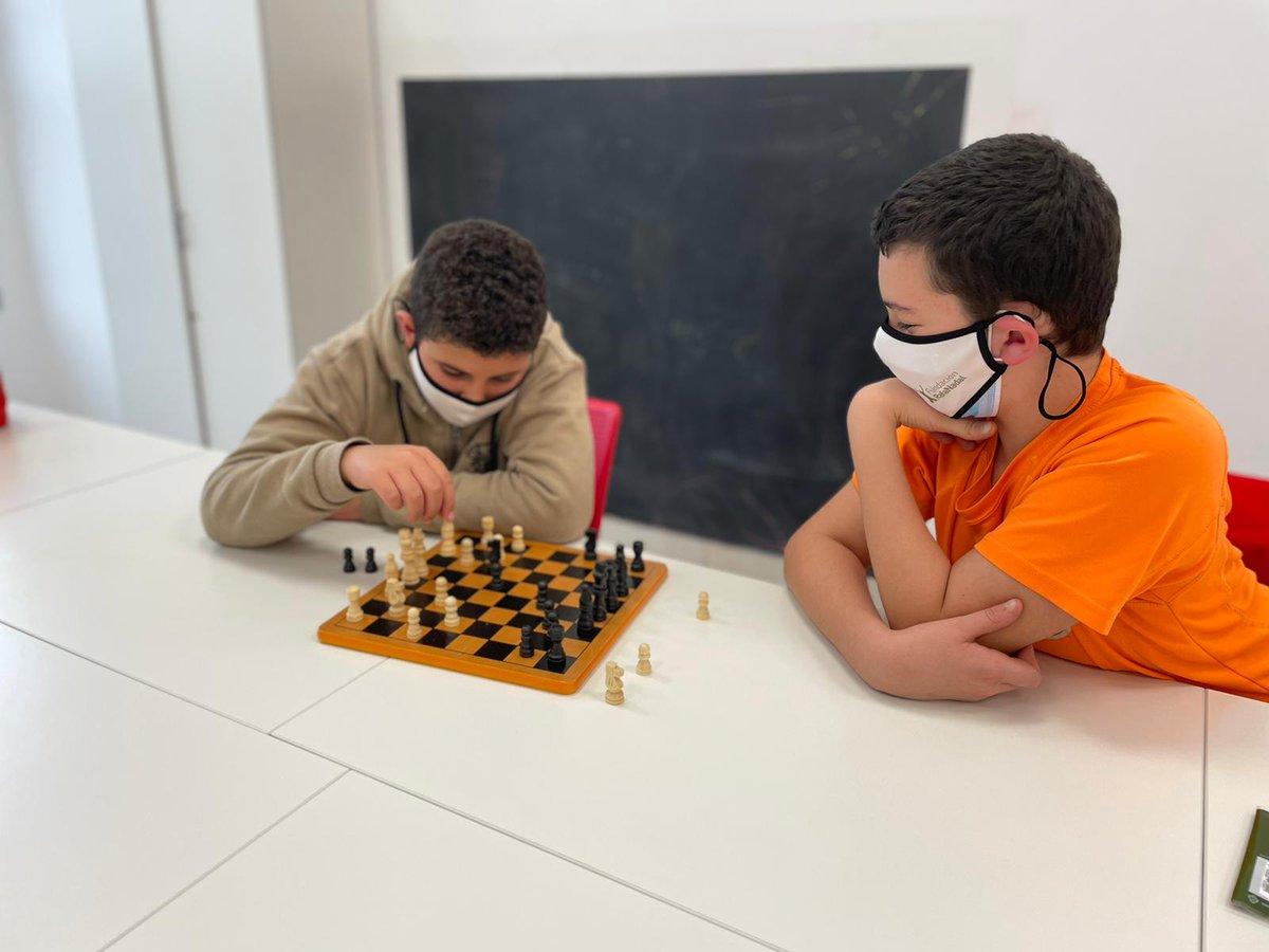 ♟️Estrategia, concentración, toma de decisiones, creatividad, lógica… ¡Son muchos los beneficios del #ajedrez en los niños y niñas! Y en el Centro #FundaciónRafaNadal de #Palma se lo pasan genial poniéndolo en práctica 😀