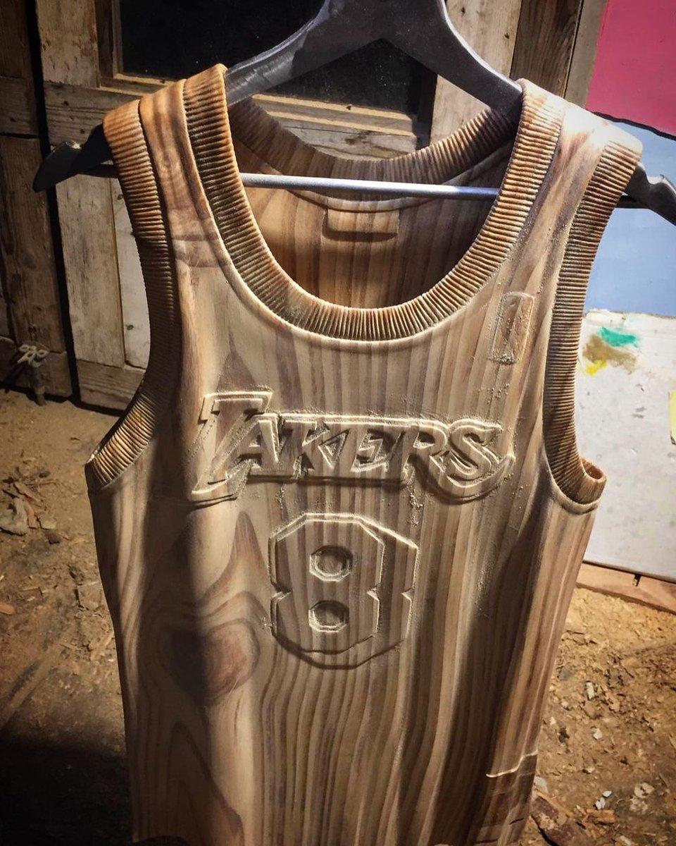 Giammarco Antoci è uno scultore italiano di Ragusa. Ha scolpito la maglia di Kobe Bryant nel legno. È clamorosa.