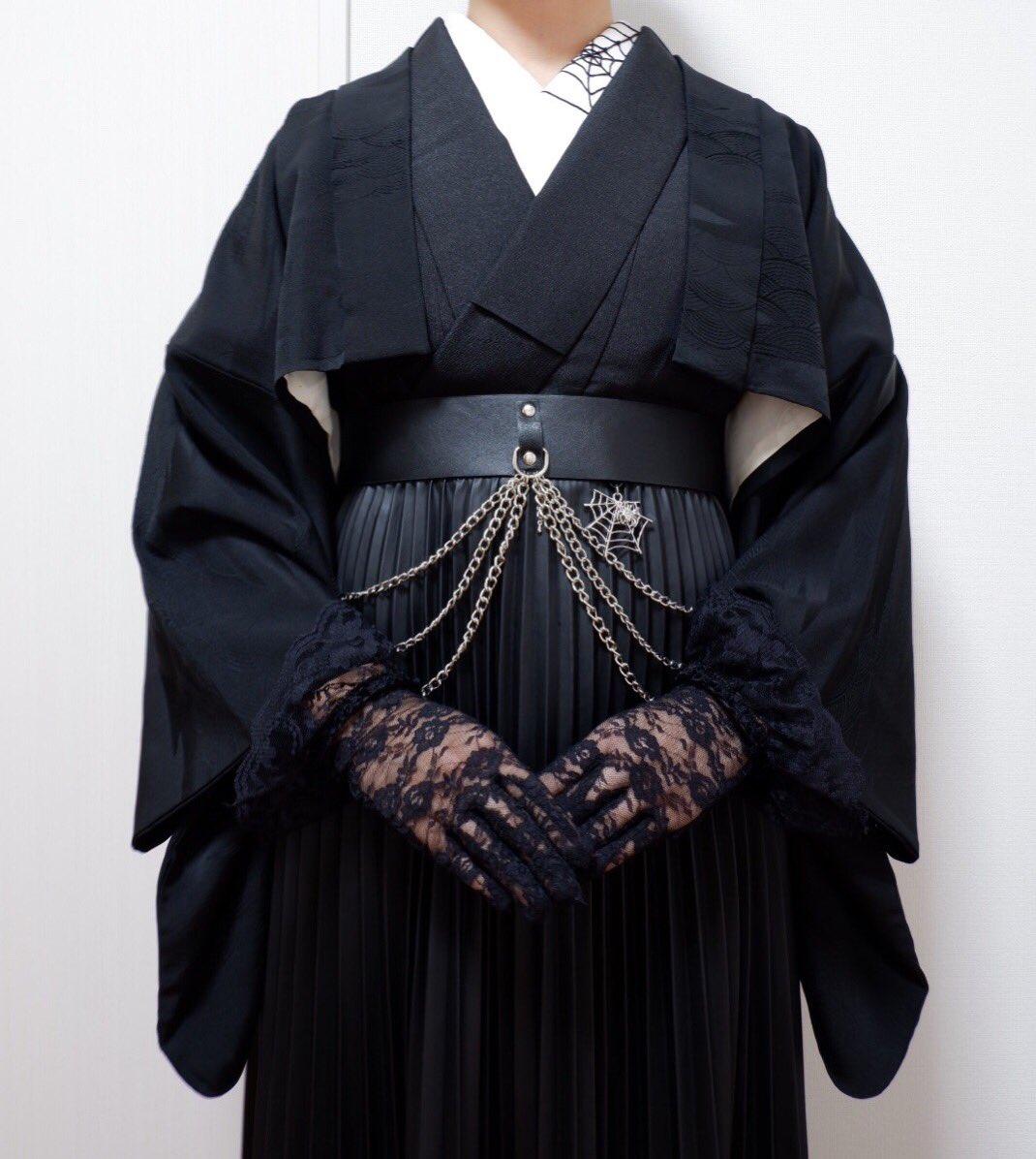 着物にショート丈の羽織とレザースカートを合わせてみた! 羽織が短いことで足長効果が出るのも、お腹周りの装飾やスカートのヒラヒラを隠さず見せれるのも好き…!