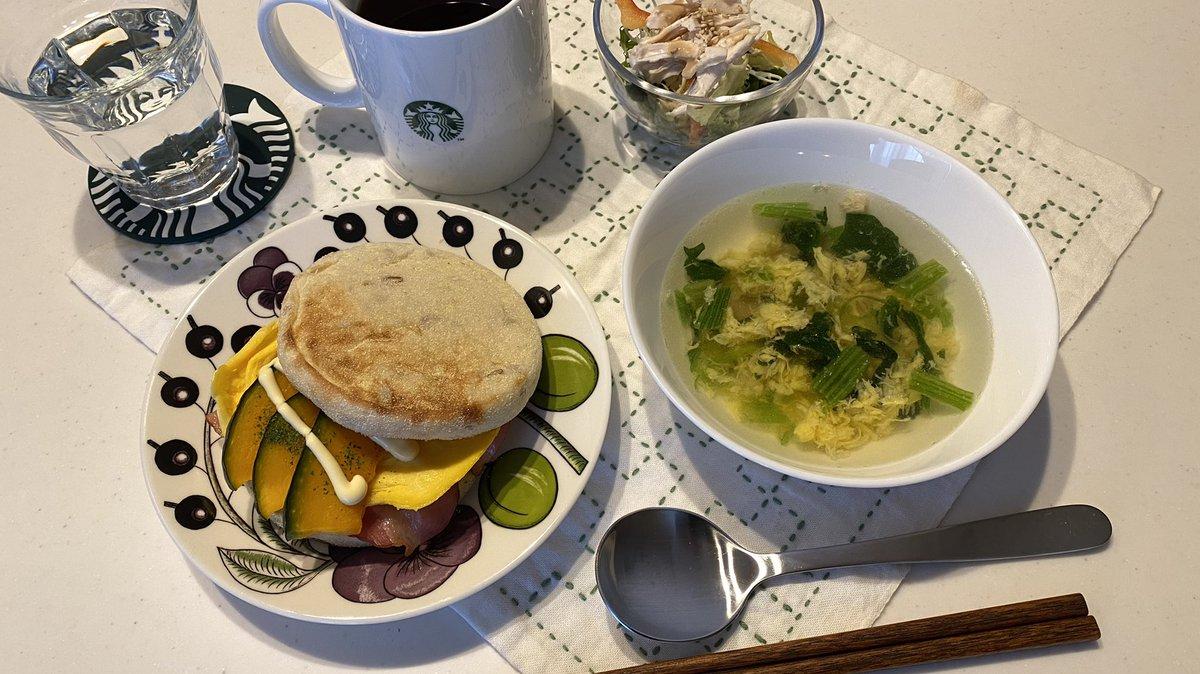 おはようございます😃日曜日ですが、相方は出勤。マフィンを作ってみました〜ベーコンとオムレツをオン。このままだとマックマフィンだと思い、カボチャをプラス...笑今日も良い一日をお過ごし下さいませ〜#朝食 #おうちごはん #料理好きな人と繋がりたい #マフィン