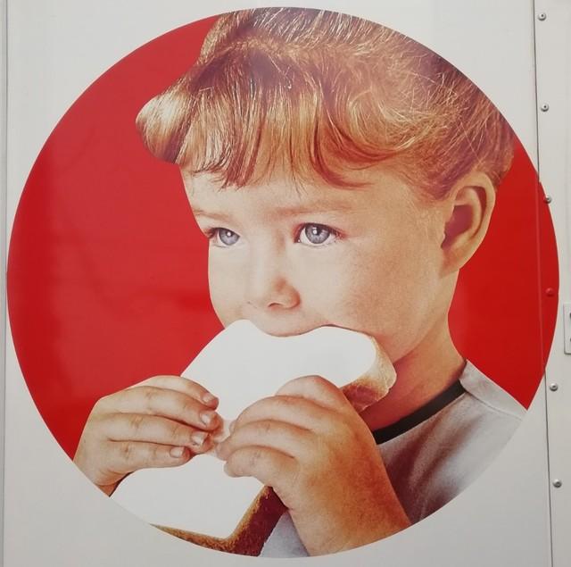 【おなじみ】ヤマザキのパン配送トラック、車体に描かれている「女の子」は誰?山崎製パンによると、女の子は1966年の起用当時3歳ぐらい・東京在住の「スージーちゃん」。「現在、交流はありません」とのことだ。