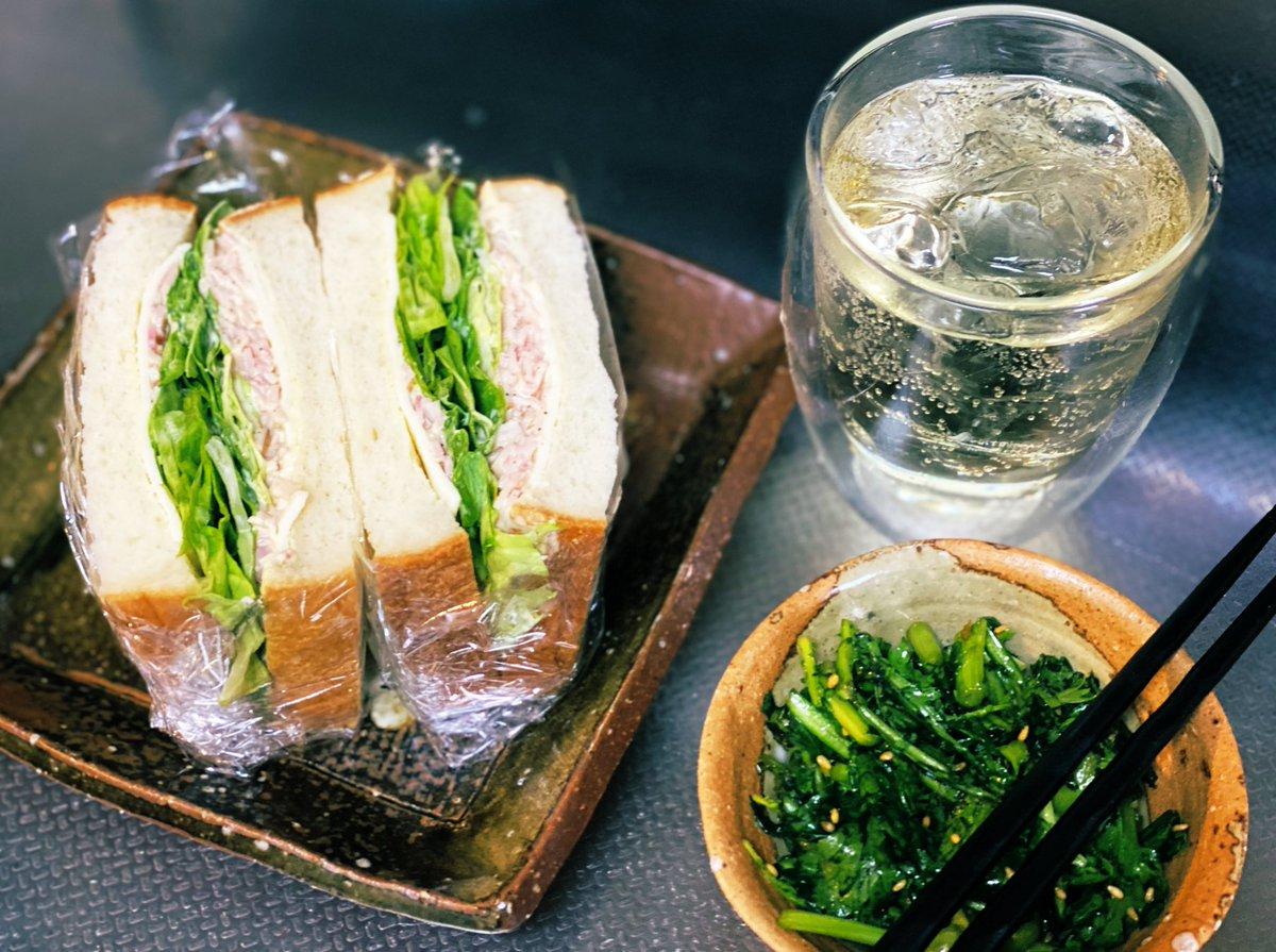 せっかくの休日なのにご飯ノープランだったので、リュウジさんのハムレタスサンドと春菊サラダを作りました。うまー🥰