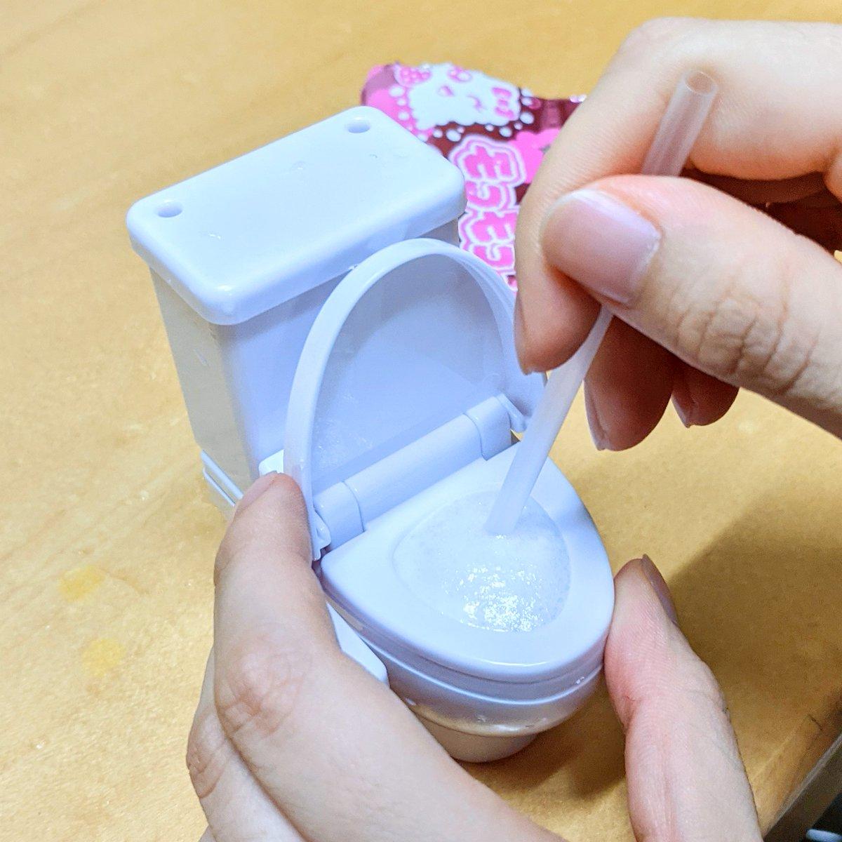 娘が「トイレから出てくる泡を飲む」というIQがウルトラ低いお菓子を食べてる。