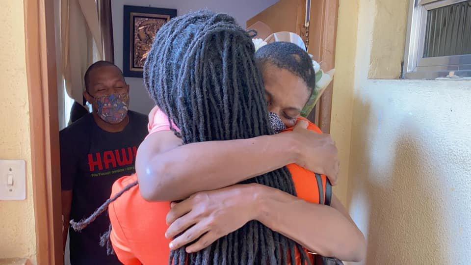Deputada Erica Malunguinho abraça Lucas do BBB21. (Foto: Reprodução / Twitter)