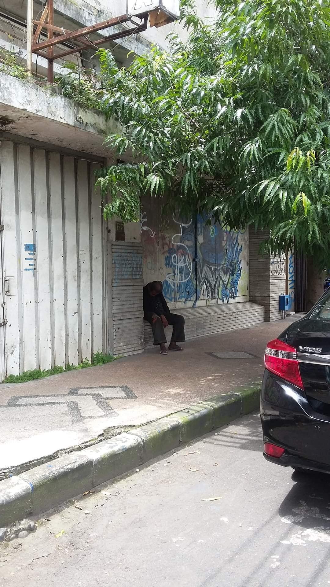 Pria yang disebut bernama Arifin di Malang, Jawa Timur ini selalu menunggu kekasihnya sejak tahun 1970-an. Kini ia sudah meninggal dunia. (Facebook Muhammad Nur Yusron)