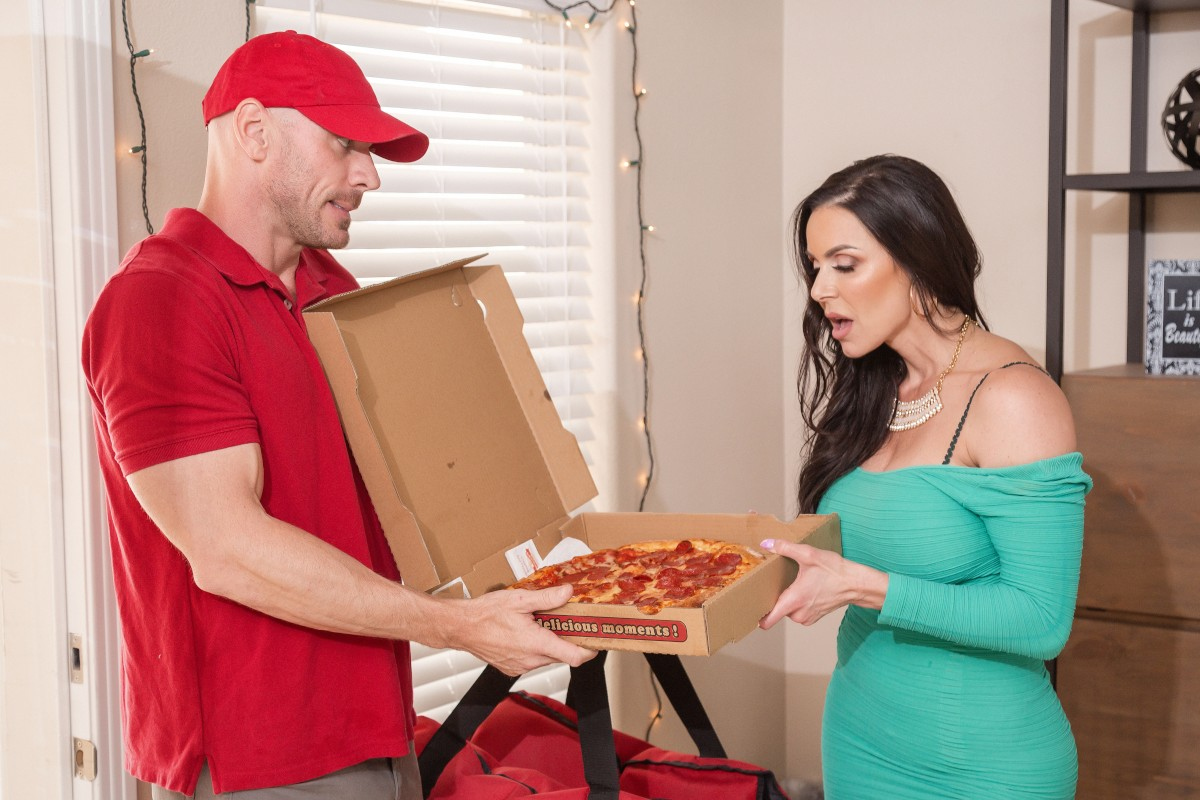 Happy #NationalPizzaDay America. Remember, you cant spell pizza without ZZ 🍕🍕🍕 @KendraLust @JohnnySins