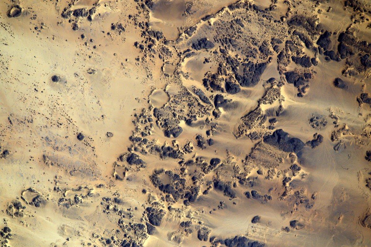 Vu de lespace, le désert du #Sahara dessine de superbes motifs aux couleurs incroyables. Cest un des plus beaux endroits du monde ❤️ #ProximArchives