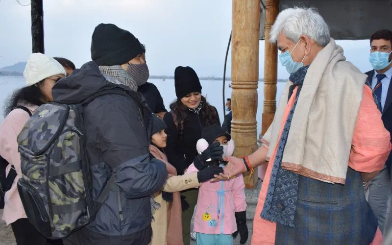 #JammuandKashmir Lt. Gov #ManojSinha visited #Srinagar's #DalLake where he met tourists who came from different parts of the country. Sinha enquired about the well being of tourists and experiences of their visit to #JammuAndKashmir. @ajitsinghpundir @AdityaRajKaul