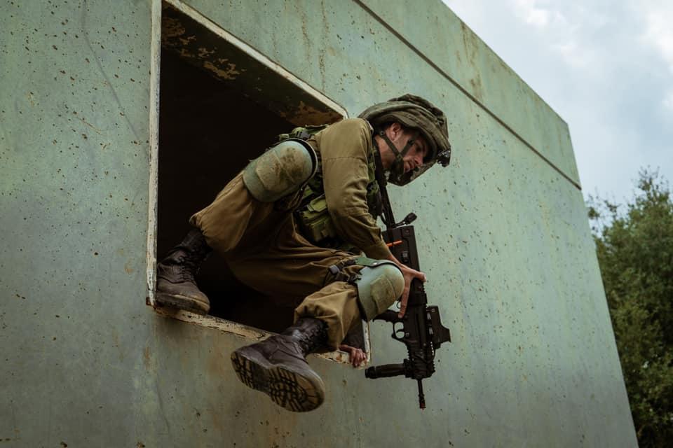 أفيخاي يغرد : إذا كان القائد أسدًا فكيف يكون جنوده؟ قادة #لواء_جولاني يجرون تمرينًا حاكى سيناريوهات مختلفة مكتسبين…