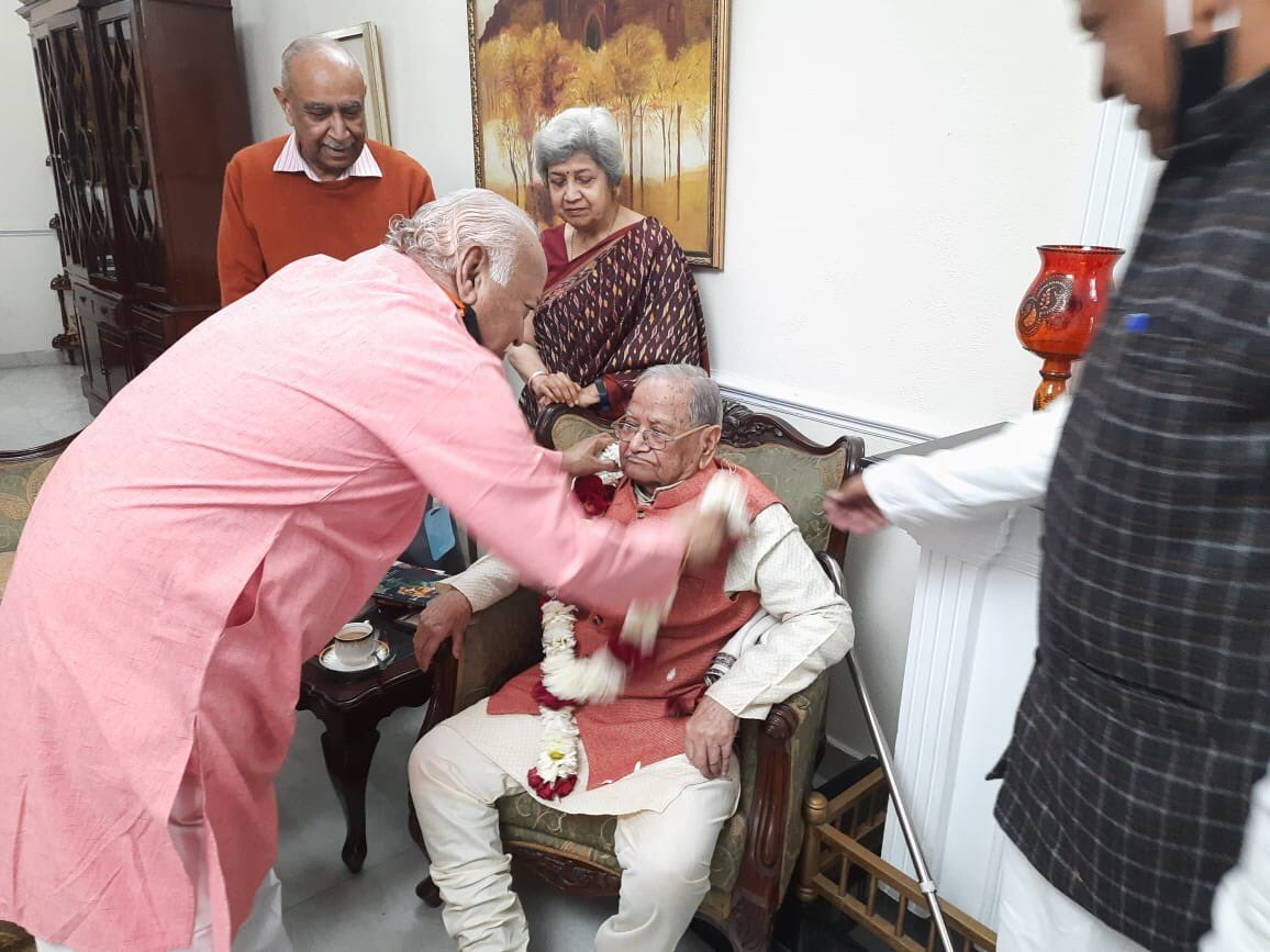 राष्ट्रीय स्वयंसेवक संघ के पूजनीय सरसंघचालक डॉ. मोहन भागवत जी ने आज भारतीय पुरातत्व सर्वेक्षण (एएसआई) के पूर्व महानिदेशक ब्रज बासी लाल जी से भेंट की और उन्हें शॉल देकर सम्मानित किया। केंद्र सरकार ने उन्हें इस वर्ष पद्म विभूषण सम्मान से सम्मानित किया है।