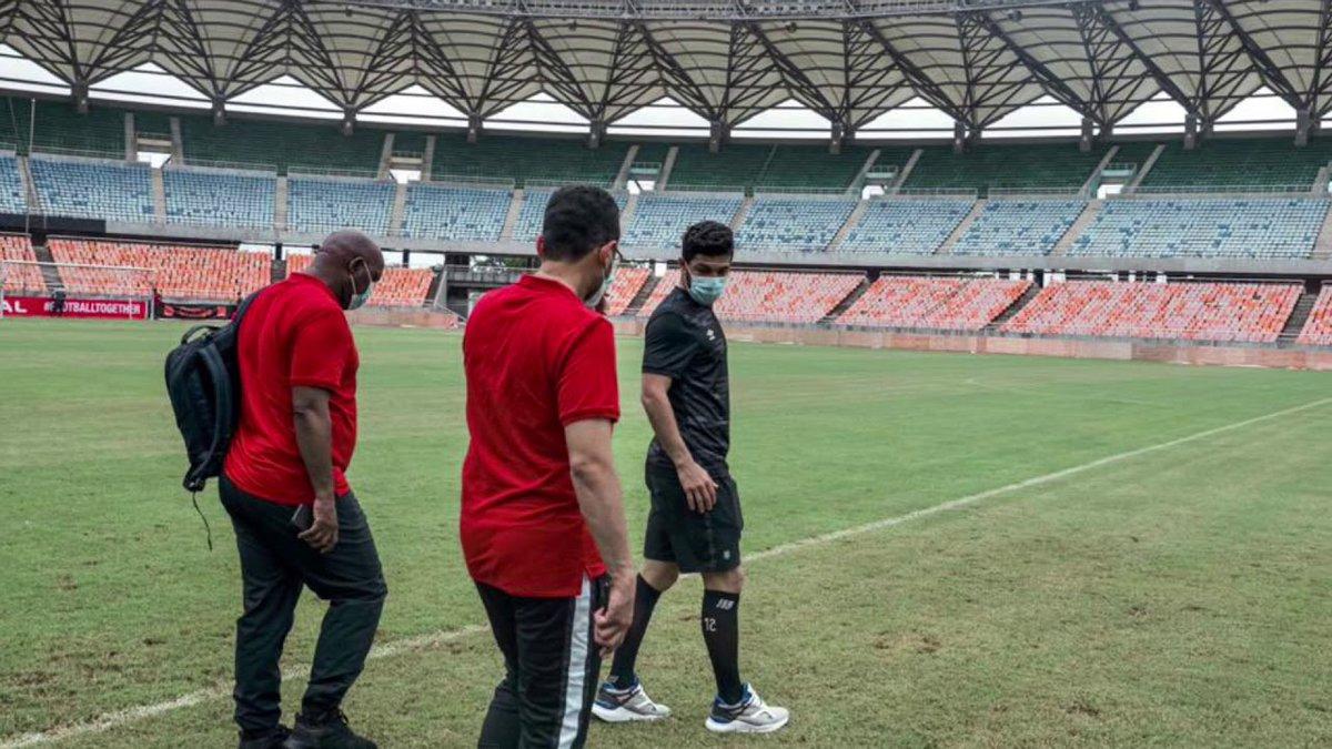 موسيماني وأيمن أشرف يعاينان ملعب مباراة سيمبا التنزاني