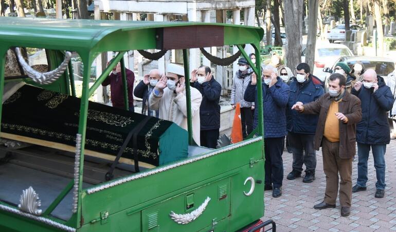 Türk pop müziğinin efsane isimlerinden Serpil Barlas, ritim bozukluğuna bağlı kalp yetmezliği nedeniyle 64 yaşında hayata veda etti. Barlas, bugün Feriköy Mezarlığı'na defnedilerek son yolculuğuna uğurlandı. https://t.co/IsDVjpZjhi https://t.co/gkUi5QxuzY