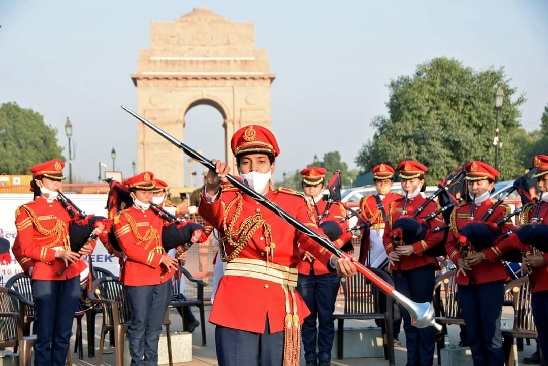 Take a look at these glimpses from #IndiaGate, where Delhi Police's newly formed 49-member, all-women band performing in front of the general public  #delhi #DelhiPolice #rajpath #indiagatedelhi #policeband #womenband #performance