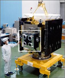小惑星探査機2は、4つのイオンエンジンを、意図的にわずかに芯を外して、精密にマウントする必要がある...