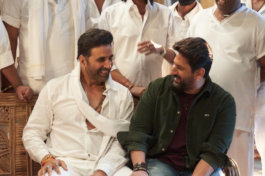 A Happy Picture straight from the sets of #SajidNadiadwala's #BachchanPandey 😍  @ArshadWarsi wraps his sched with @akshaykumar 💥 See you in cinemas! 👋🏻  Directed by @farhad_samji 🎬  @WardaNadiadwala
