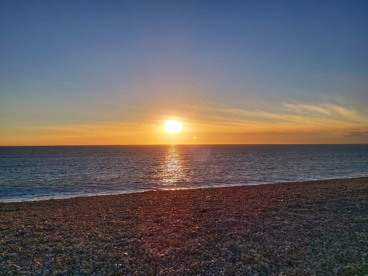 This evening #Portland #Dorset #ChesilBeach #Sundown #Peace #MondayMood ✌🎸☮💜☀️