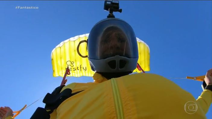 O que é um ponto amarelo no meio do céu, caindo a 217 km por hora? É o mestre dos ares, Luigi Cani, batendo recorde de voo no menor paraquedas do planeta 🪂. Veja aqui algumas imagens alucinantes do salto e a reportagem completa no site do #Fantástico: .