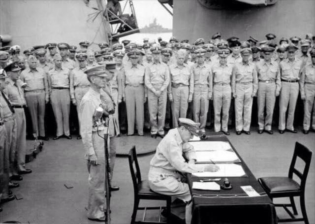 ئەمە ساتێكی زۆر گرنگە لەكۆتاییەكانی جەنگی جیهانی  دووەم. جەنەڕاڵ دۆگلاس ماكارتەر تەسلیمبونی ژاپۆن ئیمزادەكات. General douglas macarthur signs surrender of japan.