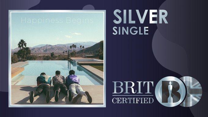"""🚨  O terceiro e último single """"Only Human"""", dos Jonas Brothers, foi certificado Prata no #BRITcertified pelas 200.000 unidades vendidas."""
