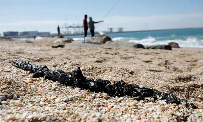 Oil slick from Israel reaches southern Lebanon causing an environmental disaster Photo