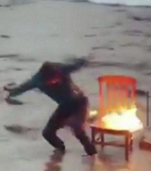 半分燃えてる椅子に座らされ?写真撮影後に全力で緊急離脱するトム・ホランド!