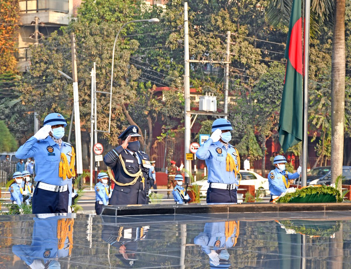 CAS Visit to Bangladesh- Day 2 CAS laid a wreath at 'Shikha Anirban' (the eternal flame) & paid tributes  to the braves of Bangladesh Armed Forces who made the supreme sacrifice during the Liberation War of 1971.