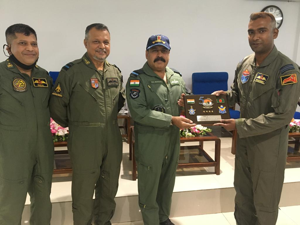 The CAS & delegation visited BAF base Zahrul Haque later in the day, where they were received by the AOC. CAS visited flying units & interacted with BAF aircrew & personnel. He also visited BN Forward Base at St Martin's where he was hosted by COMBAN & AOC BAF base Sheikh Hasina