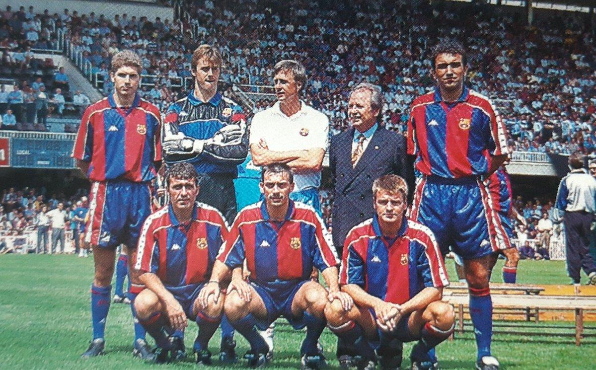"""Fútbol Carroza on Twitter: """"📸 Varios de los refuerzos del Barcelona en 1994. 👥 Geli, Lopetegui, Cruyff, Nuñez y Abelardo (arriba). Hagi, Sánchez Jara y Escaich (abajo). 👕 La camiseta culé de"""