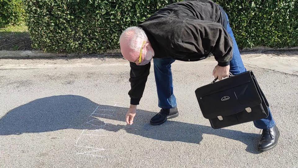 Ο δάσκαλος των Εικαστικών στο Αριστοτέλειο Πανεπιστήμιο Θεσσαλονίκης πήρε την κιμωλία του κι έγραψε με κεφαλαία γράμματα τη λέξη ΝΤΡΟΠΗ .