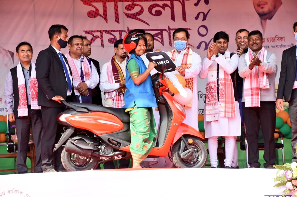 In the program, ceremonially distributed Sccoters 🛵 to Jeevika Sakhis, capital subsidy of ₹ 50,000 to women SHGs under Vistarita Kanaklata Mahila Sabalikaran Yojana (KMSY) and revolving fund of ₹ 25,000 & ₹ 50,000 under KMSY and CIF.
