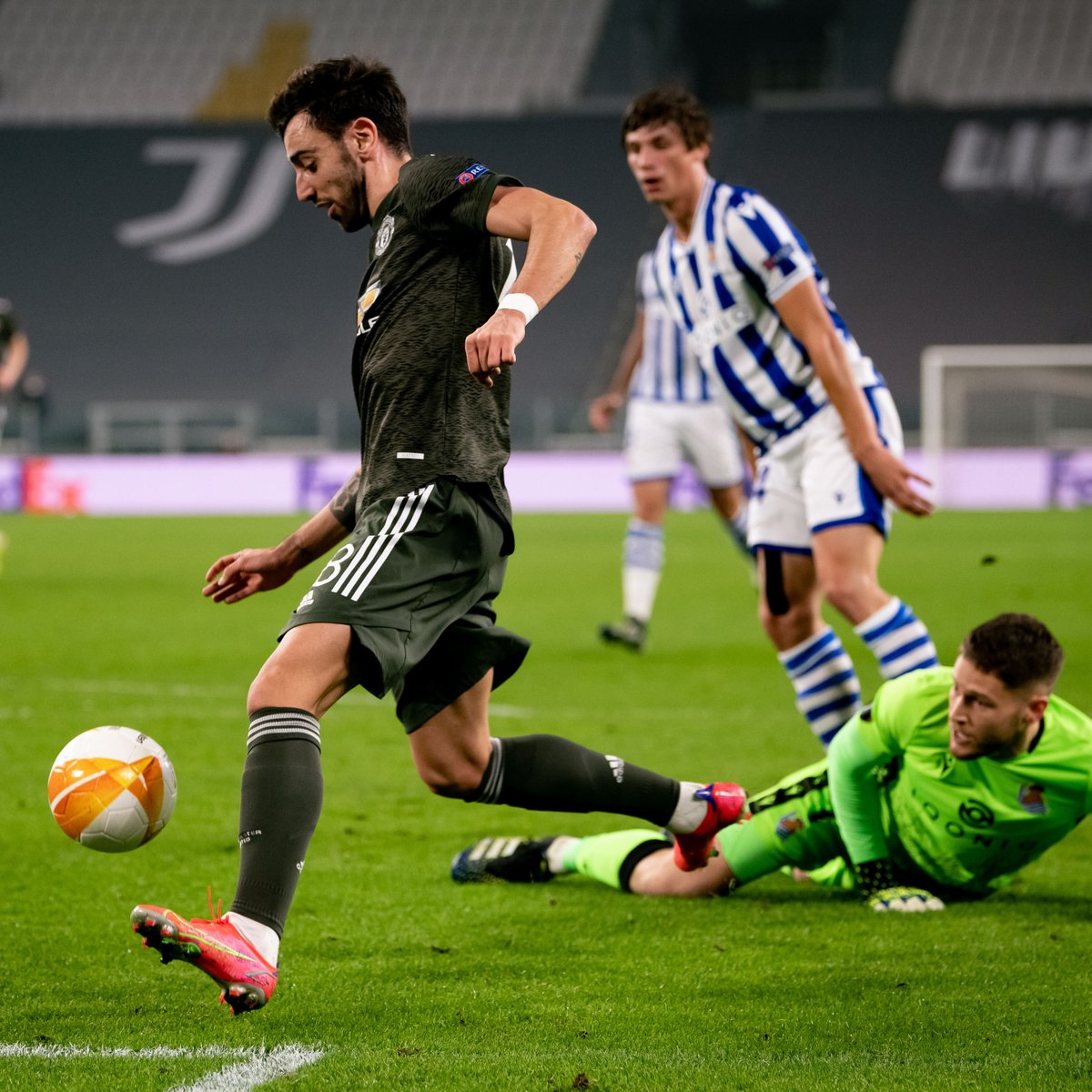 Bruno Fernandes put on a midfield masterclass against Real Sociedad 👏  (via @EuropaLeague)