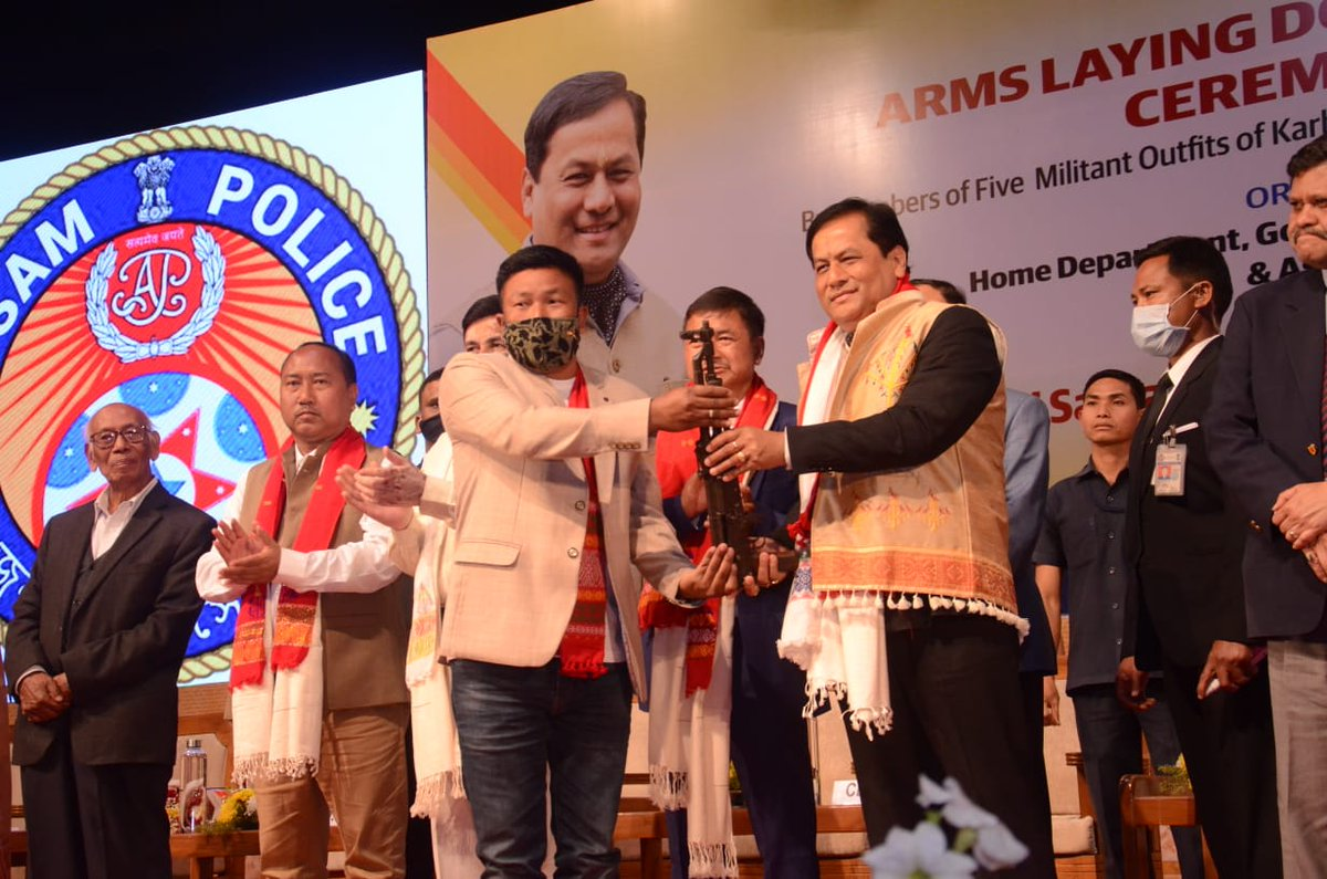 Fulfilling the commitment of terrorism-free Assam, CM @sarbanandsonwal presided a massive arms laying down ceremony by members of the five militant outfits of Karbi Anglong. 1,040 members joined the mainstream after laying down an arsenal of 338 arms & ammunitions.