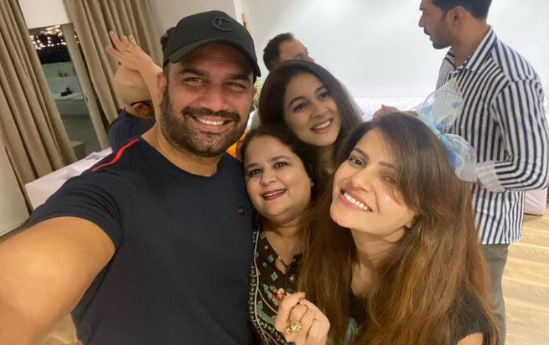 #RubinaDilaik Celebrates Winning The Title Of #BiggBoss14 With 'Her People'  Check Images: https://t.co/h1O3CBeFUI https://t.co/Zh7Ry0Iqia