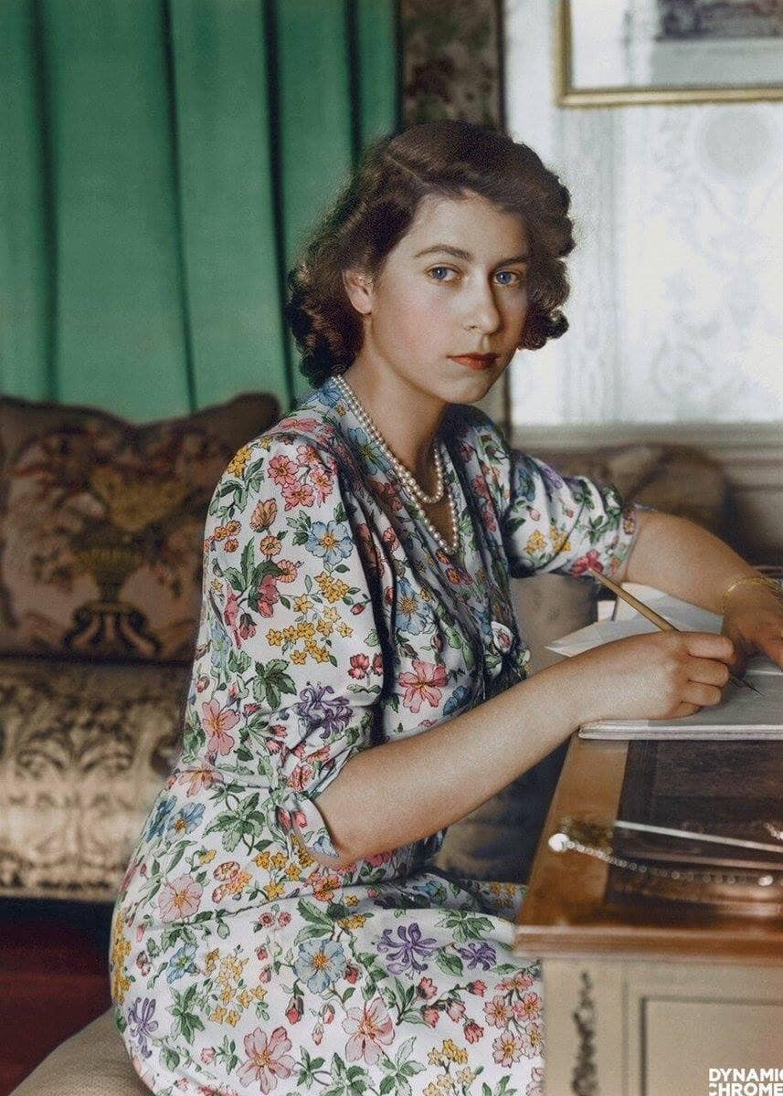 شیك بووه بهس جوان نا! ئێلزابێسی دووهم واته شاژنی ئێستای بریتانیا- ساڵی 1944.  An 18 year old Queen Elizabeth II (1944).