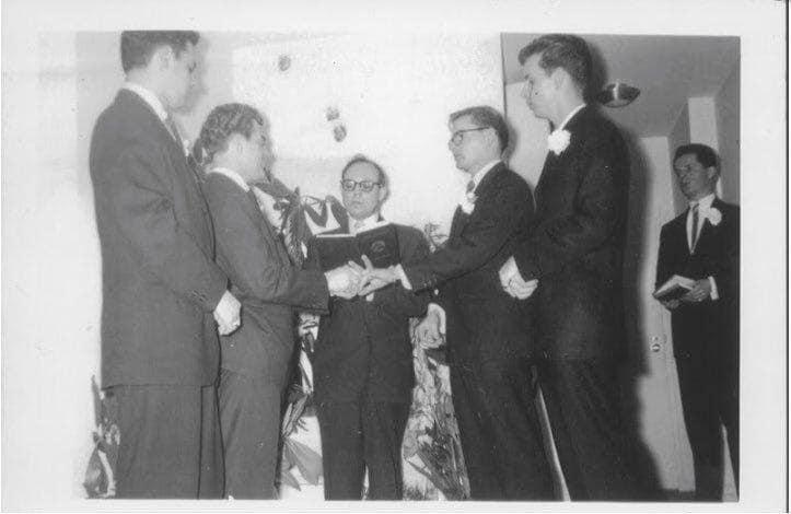 رهنگه دایك و باوكیشیان دڵیان خۆش بوبێت و وتبێتیان دواجار كوڕهكهمان گهیشت به هی خۆی!!!! دوو پیاو بهڕهسمی هاوسهرگیری دهكهن. ساڵهكانی 1950كان. Two men getting married, 1950s.